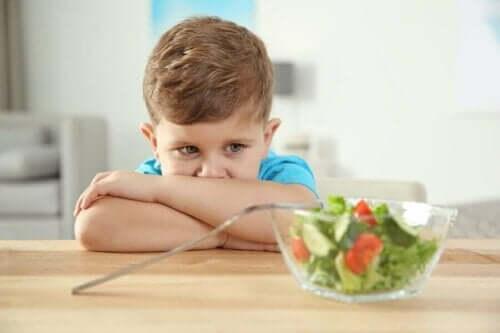 Παιδί κοιτά σαλάτα