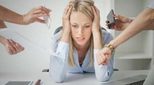 Πολλά άτομα γύρω από γυναίκα με άγχος