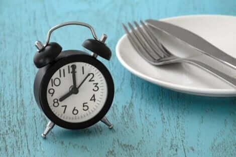 Ρολόι και πιάτο σε τραπέζι