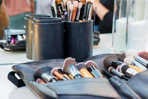 Συμβουλές για να διατηρείτε καθαρή την τσάντα μακιγιάζ
