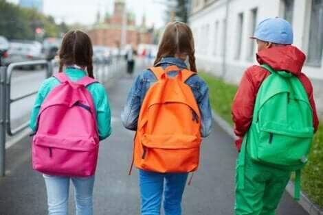 Τρία παιδιά με σχολικές τσάντες στην πλάτη- Υγιής στάση σώματος