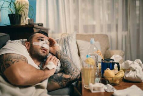 Άνδρας ξαπλωμένος με γάζες στη μύτη