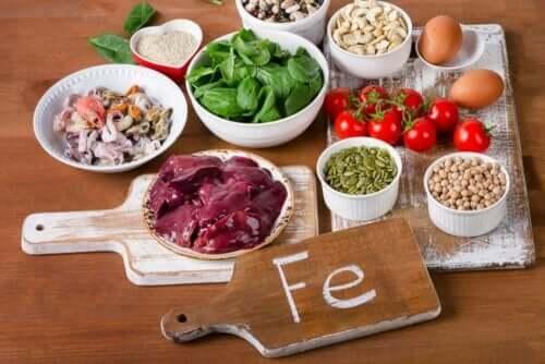Διάφορα τρόφιμα με σίδηρο πάνω σε τραπέζι