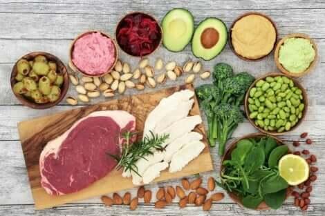 Διάφορα τρόφιμα σε τραπέζι