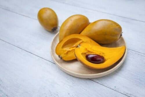 Φρούτα λούκουμα σε τραπέζι