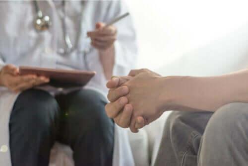 Γιατρός μιλά με ασθενή