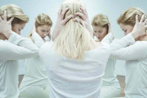 Γυναίκα πιάνει το κεφάλι της