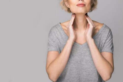 Γυναίκα ακουμπά τον θυρεοειδή αδένα της