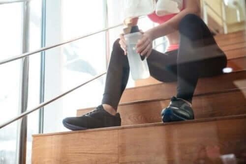 Γυναίκα κάθεται σε σκαλιά