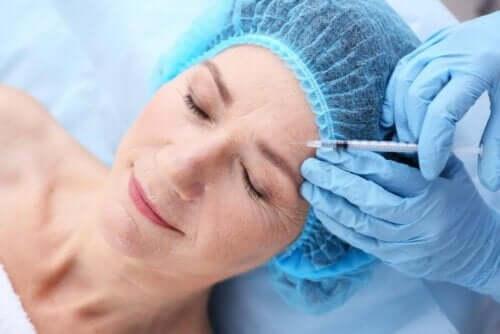 Γυναίκα λαμβάνει ένεση με υαλουρονικό οξύ