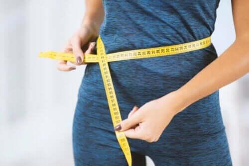 Γυναίκα μετρά την περιφέρεια της κοιλιάς της
