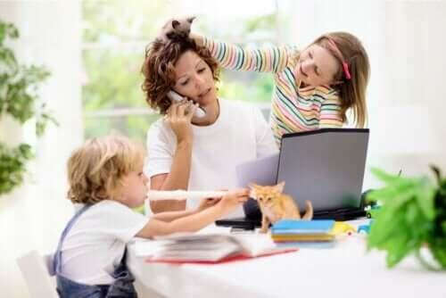 Γυναίκα μιλά στο τηλέφωνο και παιδιά που παίζουν