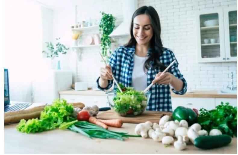 γυναίκα ανακατεύει σαλάτα