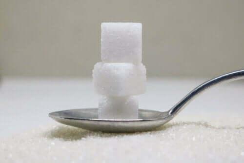 Κύβοι ζάχαρης σε κουτάλι