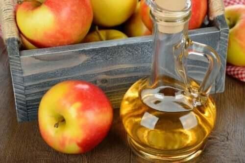 Μήλα σε τελάρο και μηλόξυδο σε δοχείο