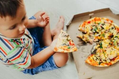 Παιδί τρώει πίτσα
