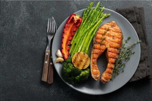 Πιάτο με σολομό και λαχανικά