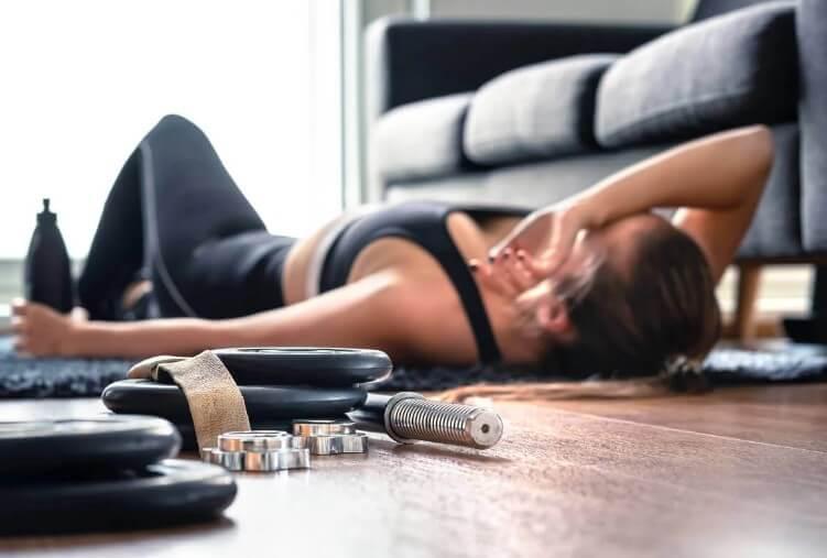 γυναίκα στο πάτωμα