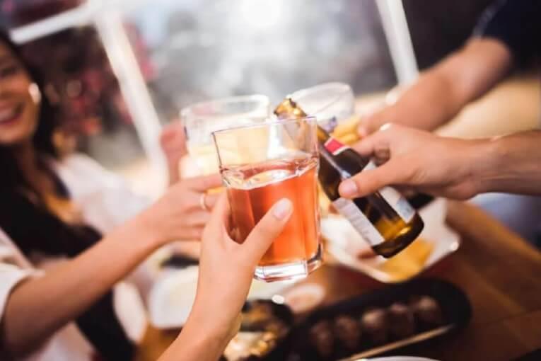 παρέα πίνει αλκοόλ