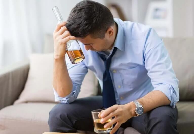 άνδρας που πίνει