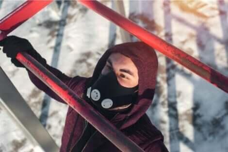 Άνδρας γυμνάζεται με μάσκα προπόνησης