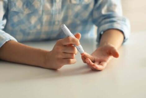 Άτομο τρυπά το δάκτυλό του