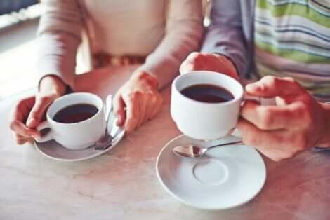 Δύο άτομα πίνουν καφέ