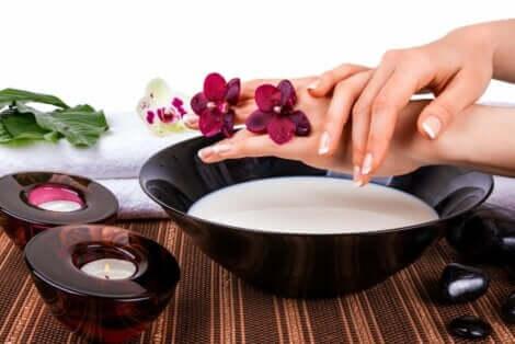 Γυναίκα πλένει τα χέρια της με ξινόγαλο