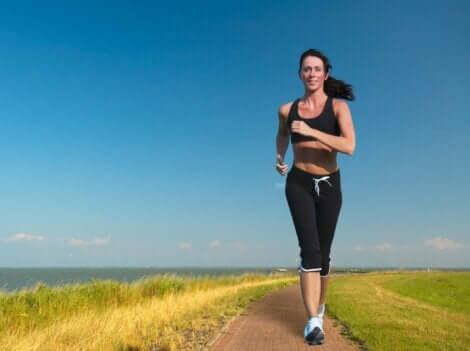 Γυναίκα τρέχει σε δρόμο