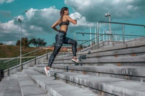 Γυναίκα ανεβαίνει σκαλοπάτια τρέχοντας