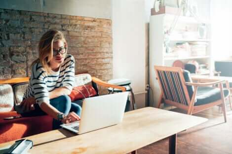 Γυναίκα χρησιμοποιεί φορητό ηλεκτρονικό υπολογιστή