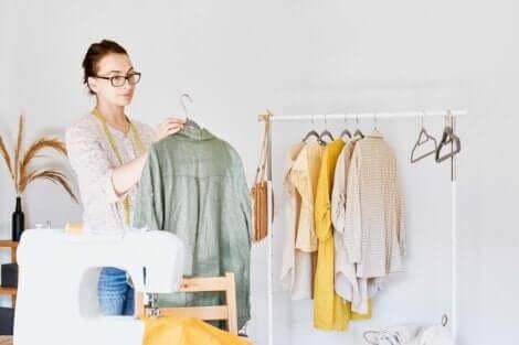 Γυναίκα κρατά ρούχο