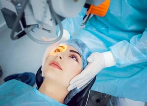 Γυναίκα υποβάλλεται σε χειρουργείο με λέιζερ