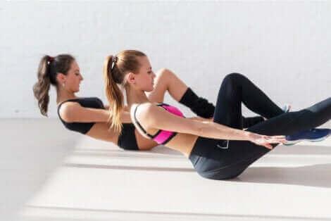 Γυναίκες κάνουν ασκήσεις κοιλιακών
