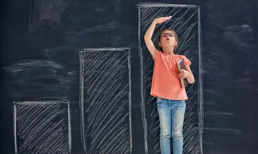 κορίτσι μετράει το ύψος