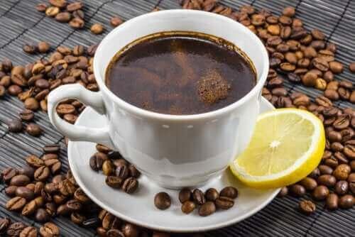 Καφές και λεμόνι: Είναι καλός συνδυασμός;