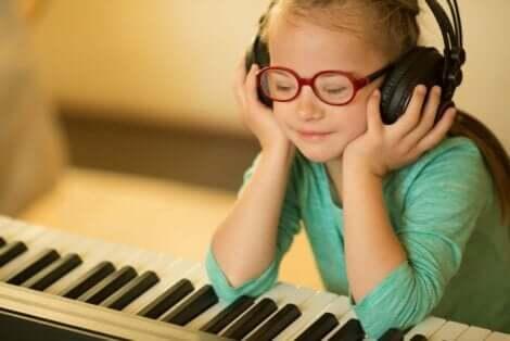 Κοριτσάκι ακούει μουσική μπροστά σε πιάνο
