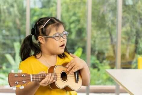 Κοριτσάκι με σύνδρομο Down μαθαίνει κιθάρα