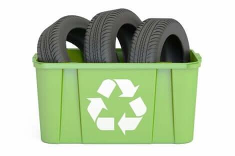 Λάστιχα σε κάδο ανακύκλωσης
