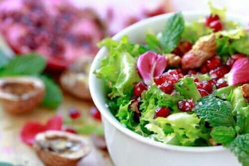 Μια γρήγορη και εύκολη συνταγή για σαλάτα με αντίδι και ρόδι