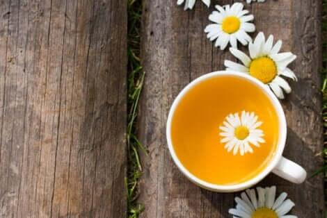Μια κούπα με τσάι χαμομηλιού