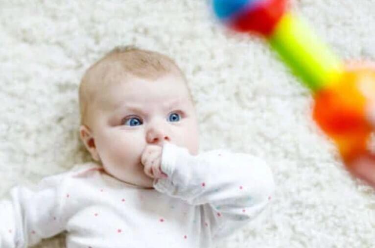Ανακαλύψτε για ποιο λόγο τα μωρά κοιτάζουν επίμονα κάπου