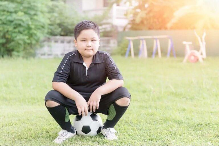 παιδί με μπάλα