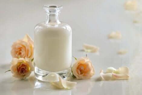 Ξινόγαλο σε δοχείο και τριαντάφυλλα
