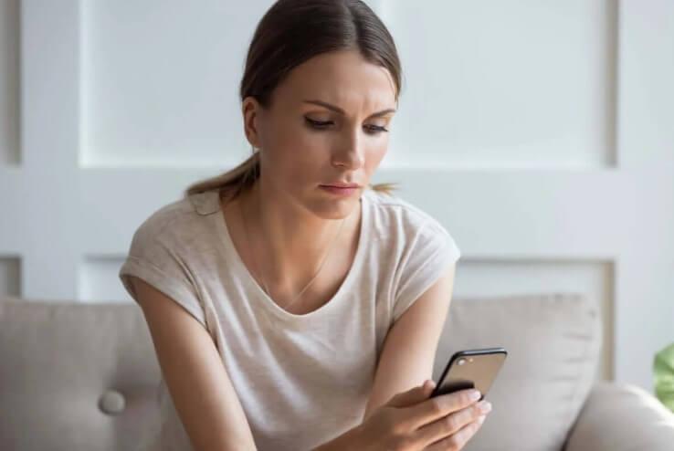 γυναικα τσεκάρει κινητό