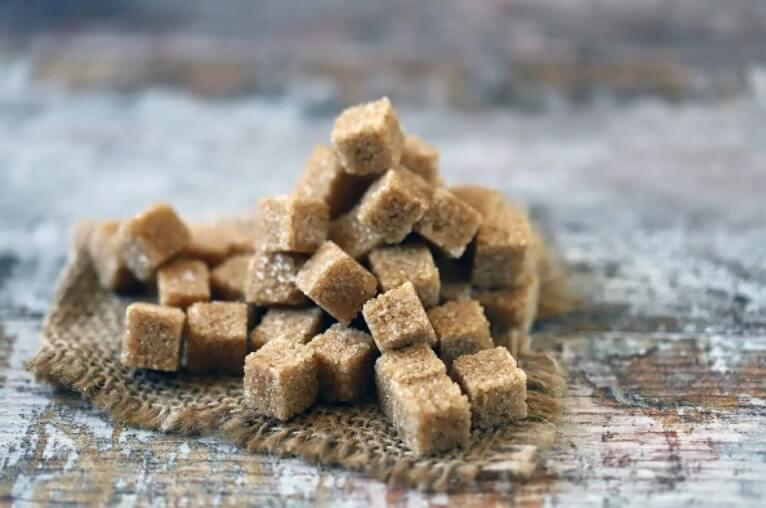 μαυρη ζάχαρη σε κομμάτια