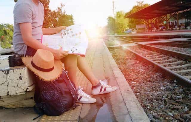 Άνδρας διαβάζει περιμένοντας το τρένο