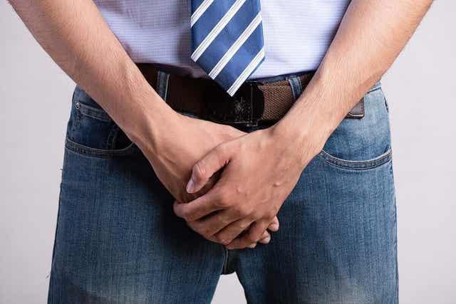 Άνδρας καλύπτει τα γεννητικά του όργανα