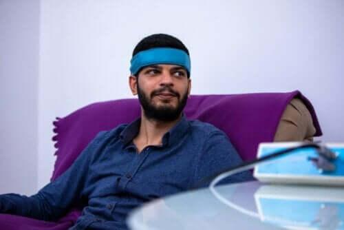 Άνδρας με αισθητήρα στο κεφάλι