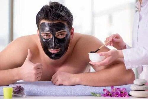 Άνδρας με μάσκα προσώπου